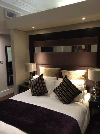Fraser Suites Queens Gate: Bedroom has high ceilings (nice!)