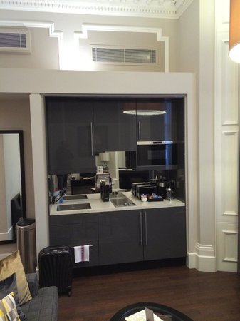 Fraser Suites Queens Gate : Small kitchenette in the room.