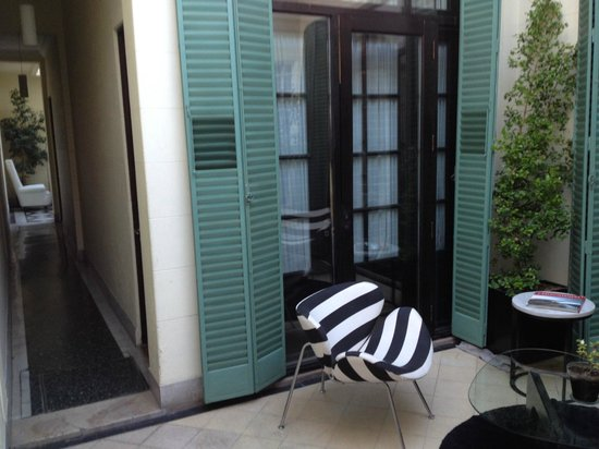 Krista Hotel Boutique: The patio. The room was right behind those screens