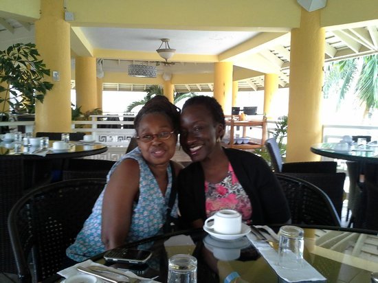 Mystic Ridge Resort: Enjoying breakfast at June Plume, restaurant on premises