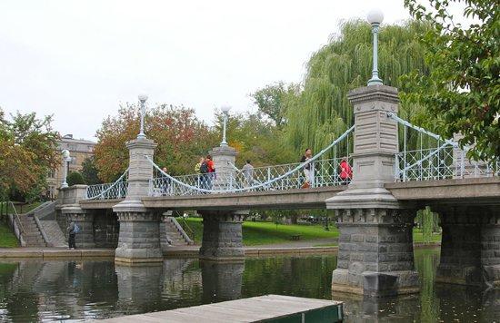 Jardín Público de Boston: Lovely Bridge across Pond