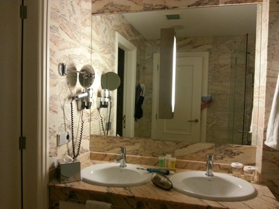 IBEROSTAR Grand Hotel Mencey: Badezimmer mit separatem WC/Bidet