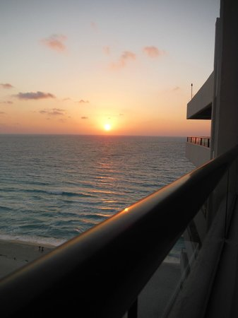 Crown Paradise Club Cancun : sunrise from room