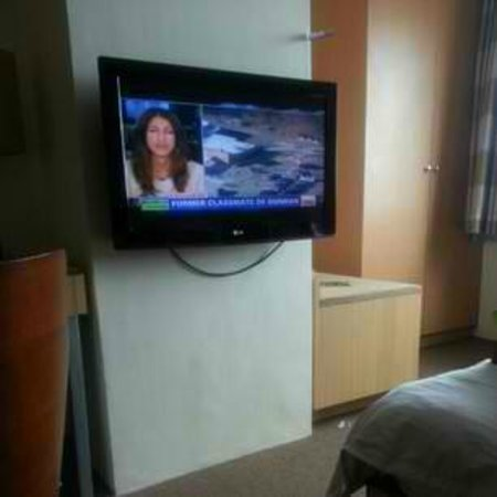 Greenhills Elan Hotel Modern: Superior Room TV and drawer