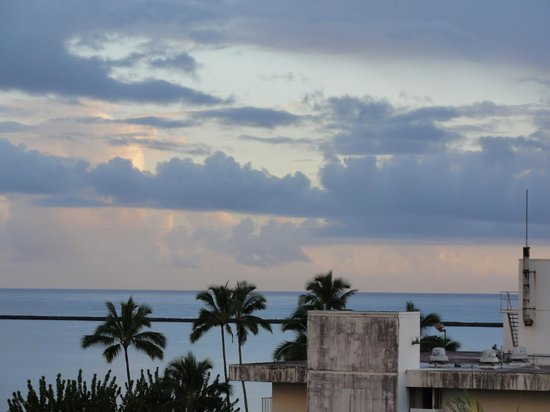 Castle Hilo Hawaiian Hotel : Sunrise from our lanai.