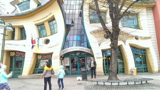 Crooked House : curve building