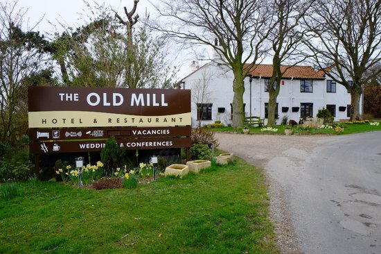 The Old Mill Hotel & Restaurant: Entrance from road