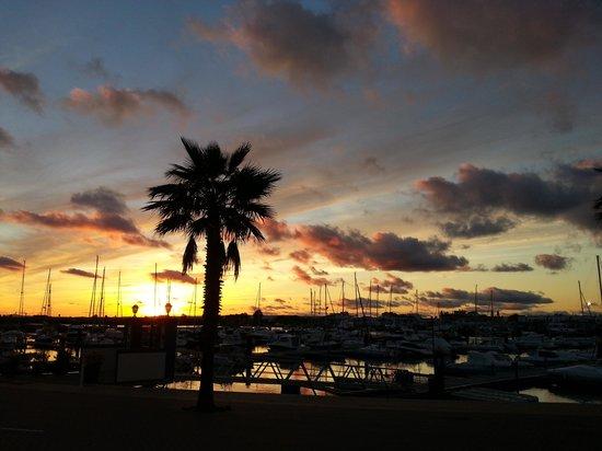 Apartamentos Playamarina: vista del atardecer de punta del moral