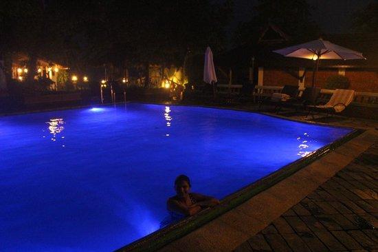 Punnamada Resort: Pool in evening