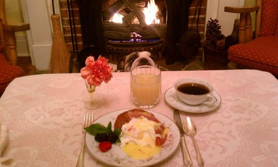 The Pines of Dresden Bed and Breakfast : Breakfast by the fire.