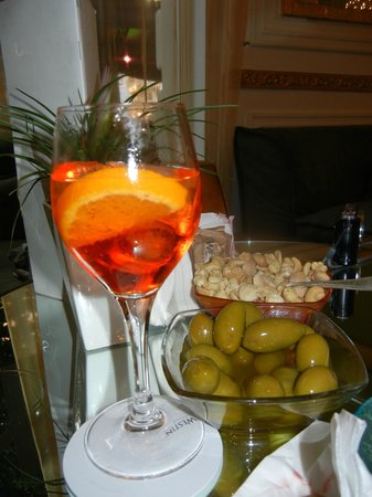H Club Doney : Le Spritz with peanuts & olives - Just as delicious as it looks!