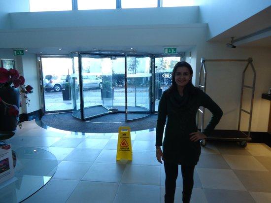 Crowne Plaza Hotel London Ealing: Hall de entrada, e saída para o metrô