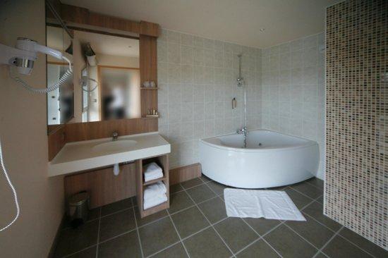 Salle de bain suite avec baignoire balnéo - Photo de Au moulin des ...