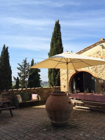 Tuscan Wine Tours by Grape Tours : our outdoor tasting table