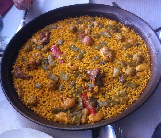 La Roja Bar Restaurante : Paella de Pollo, conejo y pelotitas de carne
