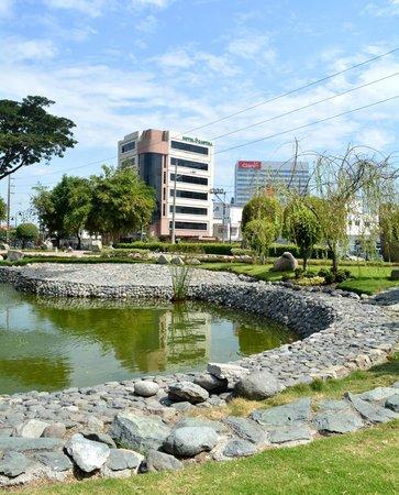 Hotel Castell : Frente al parque Japonés y detrás del edificio Claro