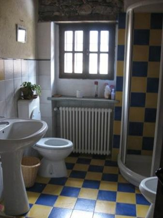 Bagno giallo/blu - Picture of La Traleua, Traversella - TripAdvisor