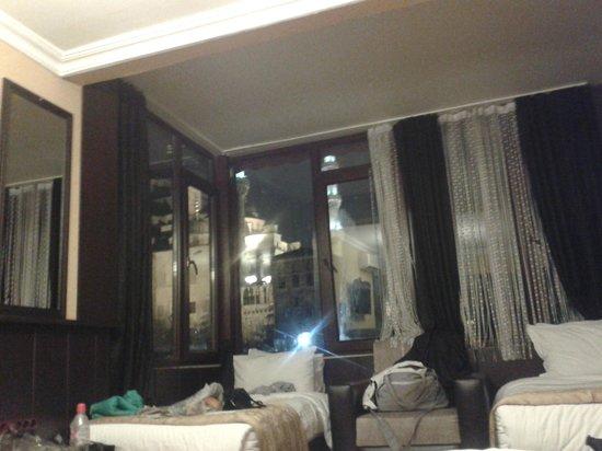 Arasta Boutique Hotel: Hay otra cama de matrimonio detrás vistas a la mezquita