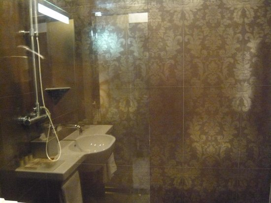 Hotel Palazzo Zichy: Small shower glass does let water splash around from rain shower, interesting tiles