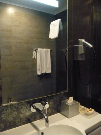 Hotel Palazzo Zichy: Basin and mirror, some space for personal items...