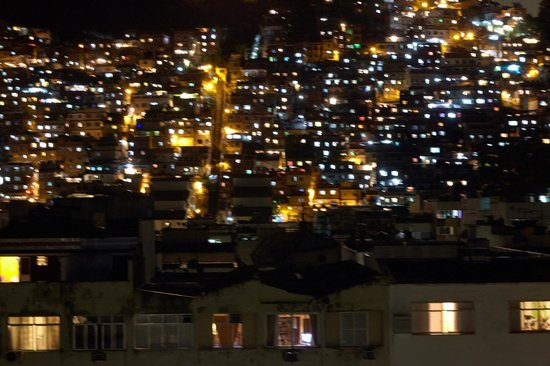 South American Copacabana Hotel : вид с бассейна на фавел ночью