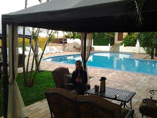 Casa Blanca Hotel: Vista da piscina, pena estar frio demais.
