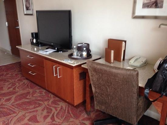 Tachi Palace Hotel & Casino: Night stand and desk