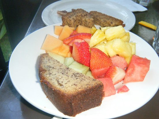 808 Bistro : Banana bread and fresh fruit