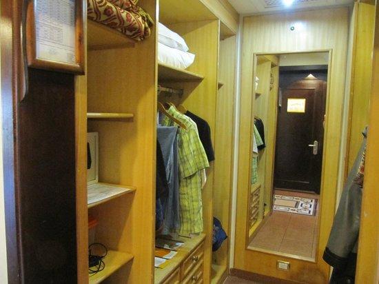 Domina Hotel & Resort Harem: Гардеробный отсек в стандартном номере