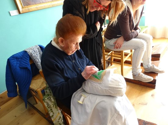 Museo del Merletto: 98 yo Nonna demonstrating her skill