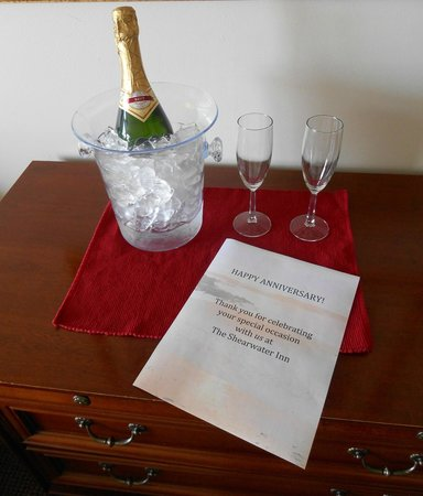 Shearwater Inn: Our complimentary champagne to help us celebrate our anniversary!