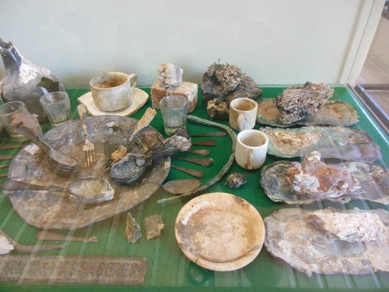 CEDAM Museum: dishes and artifacts