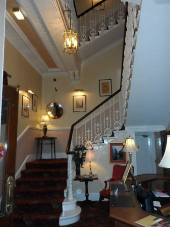 Edinburgh Thistle Hotel: Center Staircase