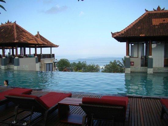 Mercure Kuta Bali: бассейн утром