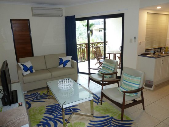 Freestyle Resort Port Douglas: Lounge with balcony access
