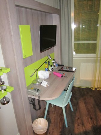 ProfilHotels Central Hotel: Desk, chair, TV and window