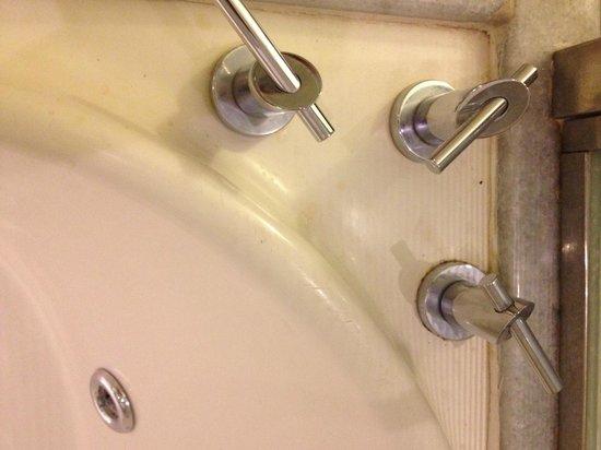 Iberostar Grand Hotel Rose Hall: Grubby Tub - no thanks