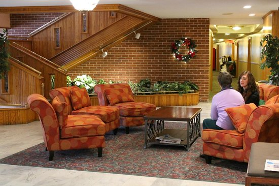 Groton Inn and Suites : Warm and Inviting Lobby