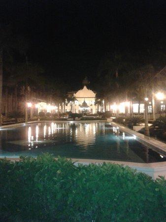 Hotel Riu Palace Punta Cana : Area do meio a noite!!