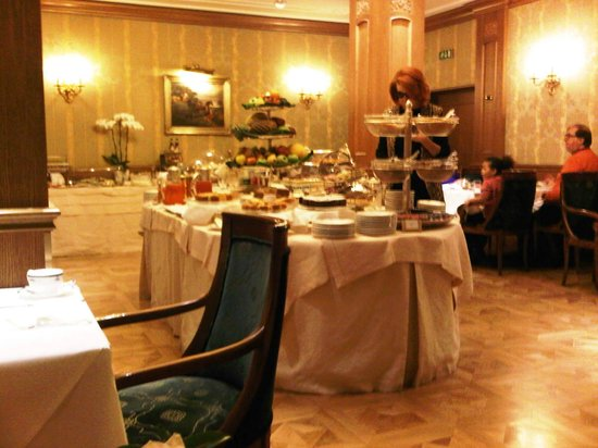 "Grand Hotel Majestic ""Già Baglioni"" : breakfast buffet"