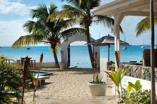 Le Shambala : The beach gate & lounge area