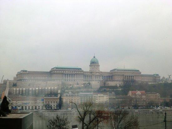 Sofitel Budapest Chain Bridge : Vista al Castillo desde el 2º piso
