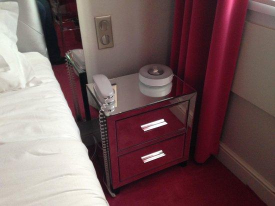 Le Petit Madeleine Hotel: Mesilla de noche y altavoz iPhone 4