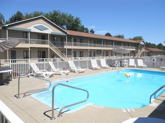 Budget Host Inn: Outdoor Pool