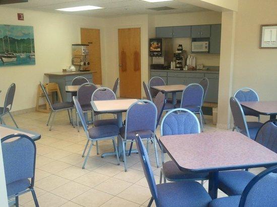 Budget Host Inn: Breakfast Room