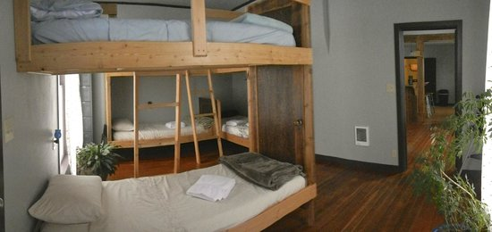 River Rock Hostel: Bunk room, 6 single beds