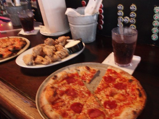 Whiskey's Food and Spirits: Pizza y alitas
