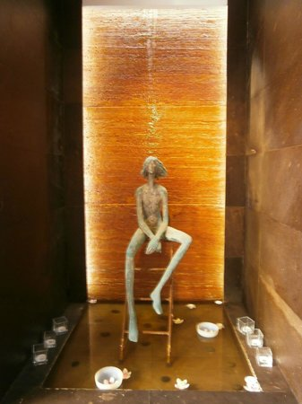 Art Hotel Novecento : statua nell'atrio