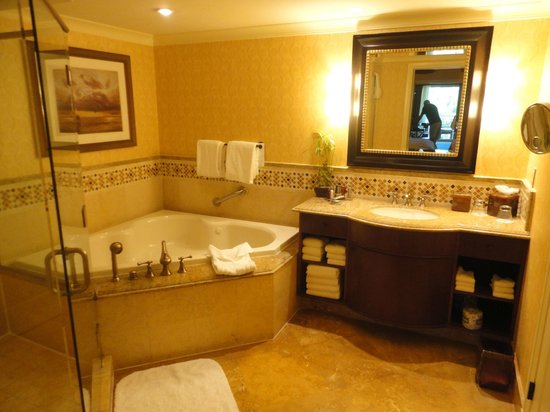 JW Marriott Marco Island Beach Resort: Bathroom includes jet tub
