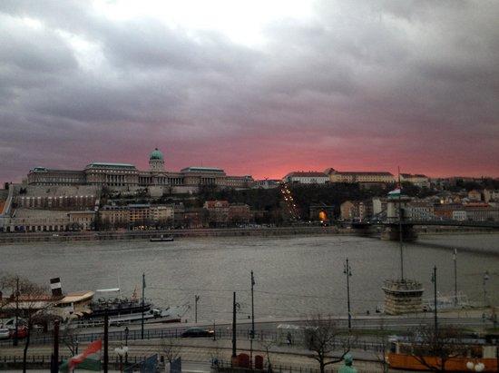 Sofitel Budapest Chain Bridge : Essa foto tirada em um fim de tarde do apartamento onde me hospedei.